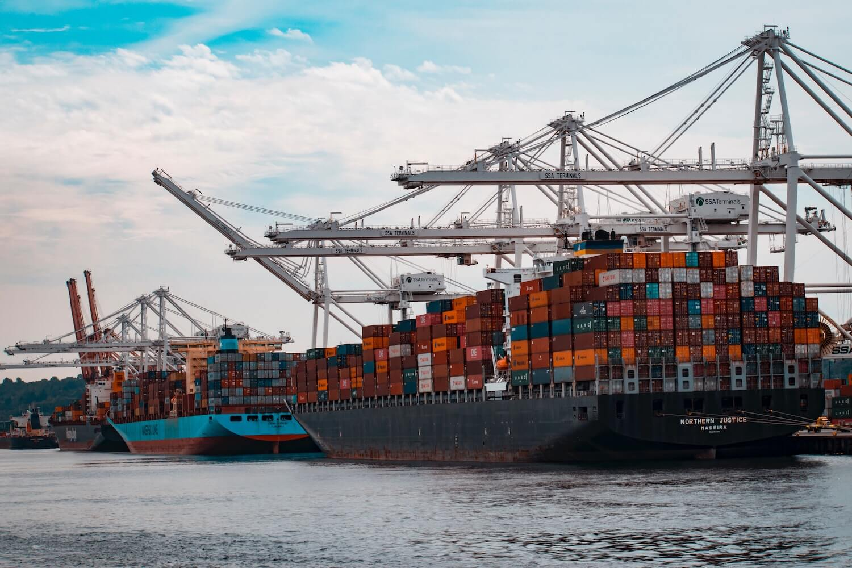 Jak mocuje się kontenery na statku